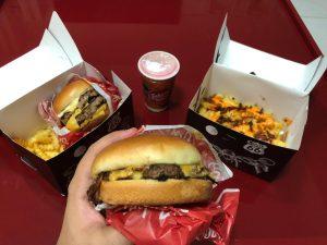 Foto de um hamburguer e batatas