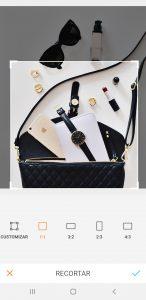 Foto de uma bolsa aberta com vários acessórios de fora mostrando a ferramenta Cortar do AirBrush.
