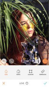 foto de uma mulher com plantas sendo editada pelo AirBrush