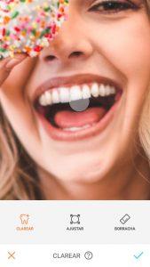 Tutorial de edição da foto de uma mulher segurando um donuts em frente ao olho e sorrindo usando a ferramenta Clarear do AirBrush