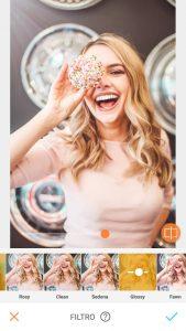 Tutorial de edição da foto de uma mulher segurando um donuts em frente ao olho e sorrindo usando a ferramenta Filtro do AirBrush