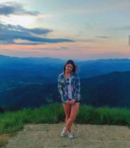 foto de uma mulher com uma paisagem de fundo