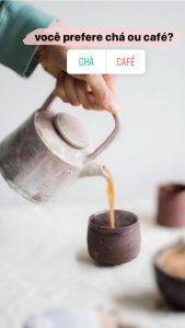 """Mesma foto da mesa posta com o escrito """"Você prefere chá ou café?"""" e uma enquete com as opções Chá e Café"""