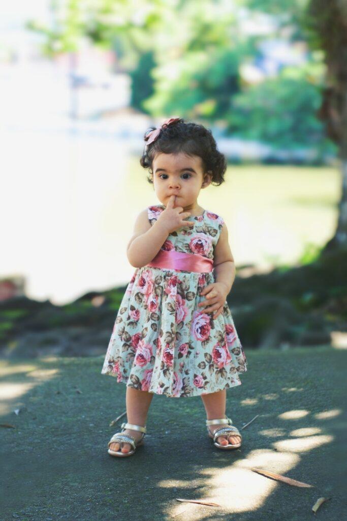 foto de uma criança num parque usando um vestido florido