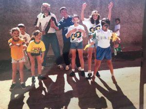 foto antiga com um grupo de amigos e familiares