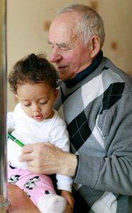 Avô segurando sua netinha