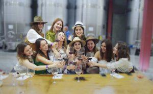 mujer con amigos en un viñedo