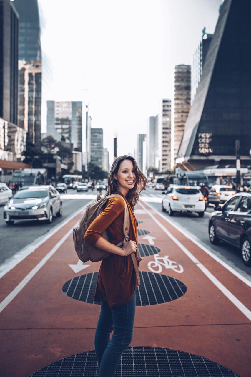 foto de uma mulher atravessando uma avenida com mais contraste