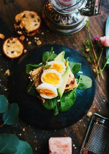 Foto de um lanche instagramável com pão e ovos cozidos por cima com o resultado final da edição