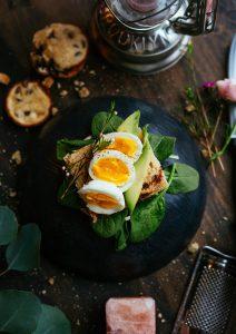 Foto de um lanche instagramável com pão e ovos cozidos por cima.