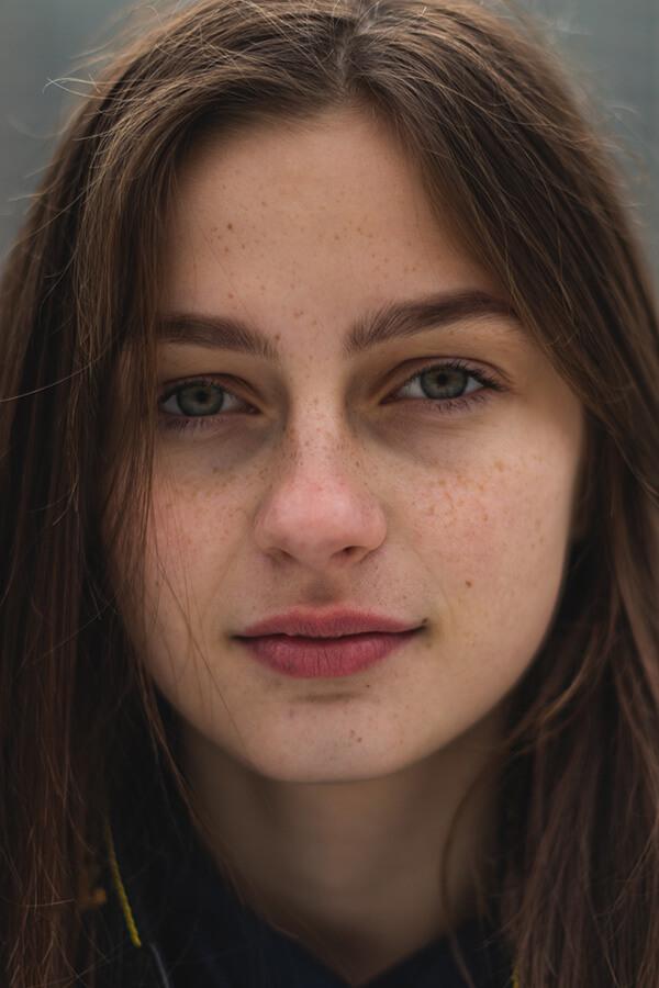 Foto de uma mulher com olhos verdes e sardas.