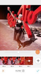 Tutorial de edição de uma foto de uma mulher posando em frente ao letreiro Rock in Rio usando a ferramenta filtro do AirBrush