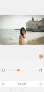 mulher morena com uma praia de fundo sendo editada pelo AirBrush