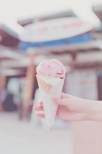 Foto de uma pessoa segurando uma casquinha de sorvete editada com o filtro Sweet