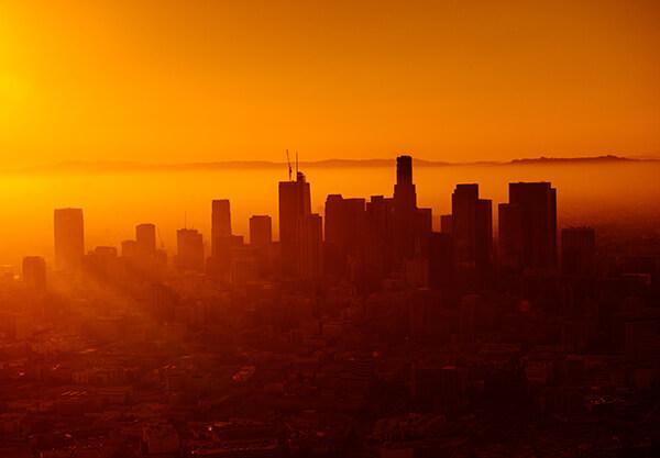 foto de uma cidade com cores vermelha e amarela