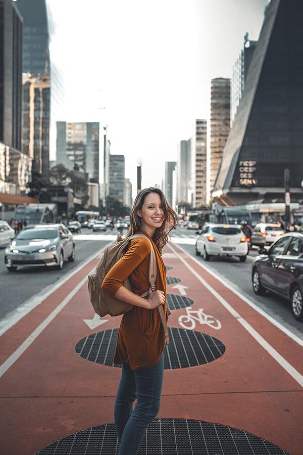 foto de uma mulher atravessando uma avenida