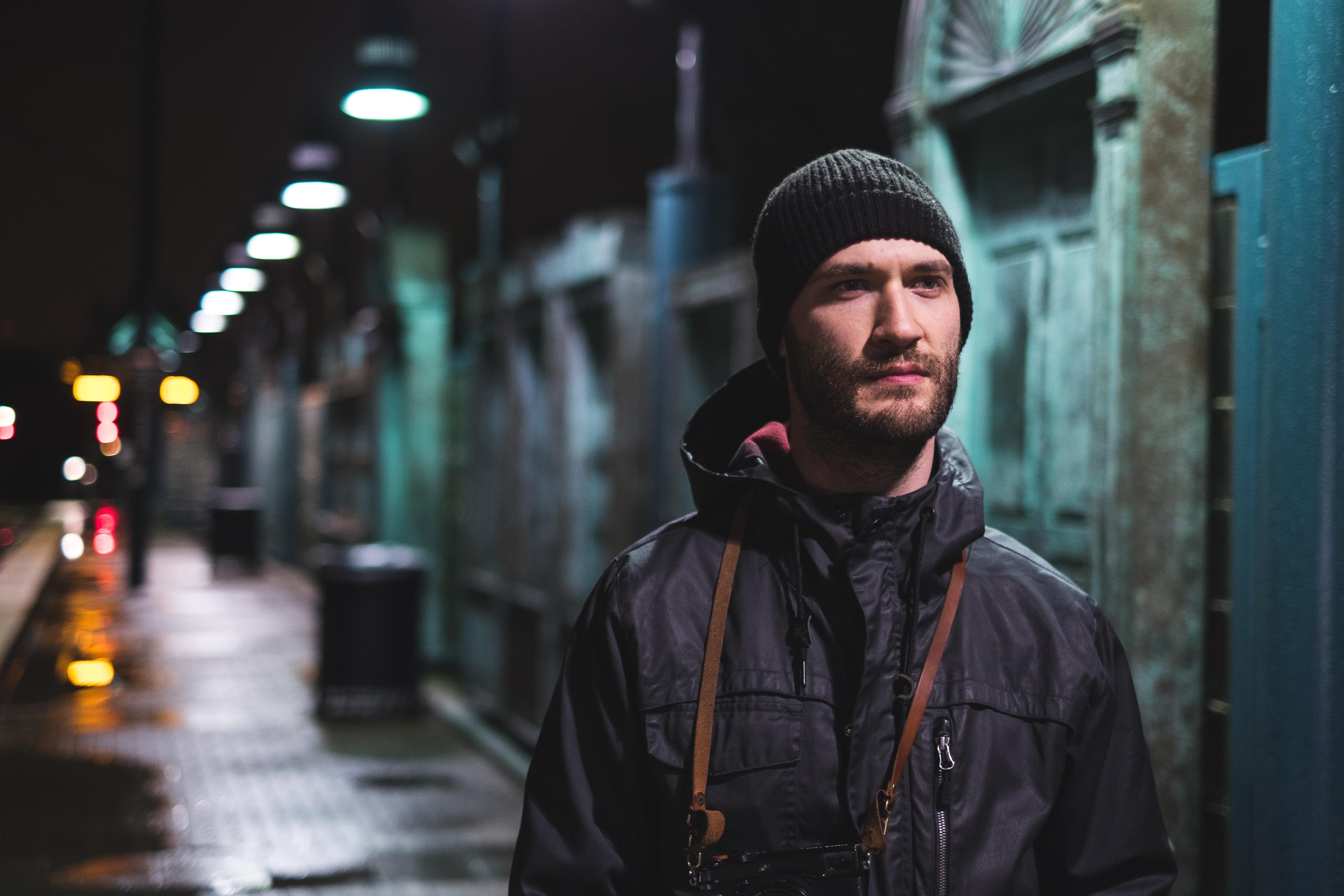retrato de um homem a noite em um lugar com luzes