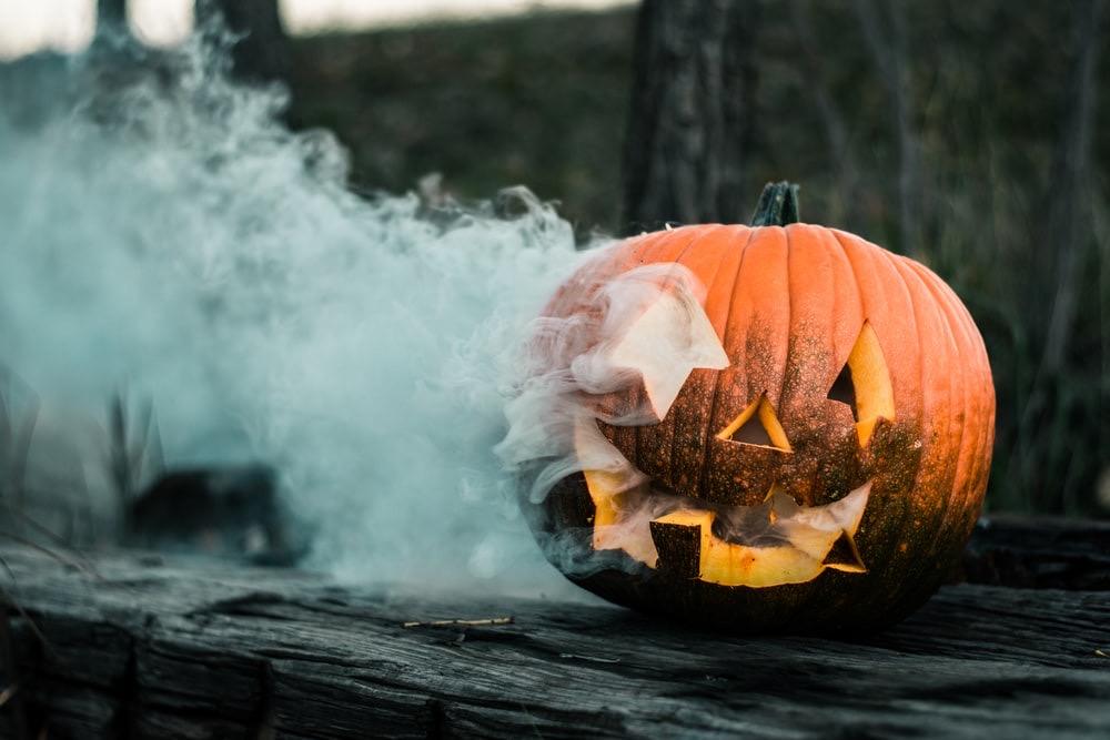 uma abobora com fumaça como tema de halloween
