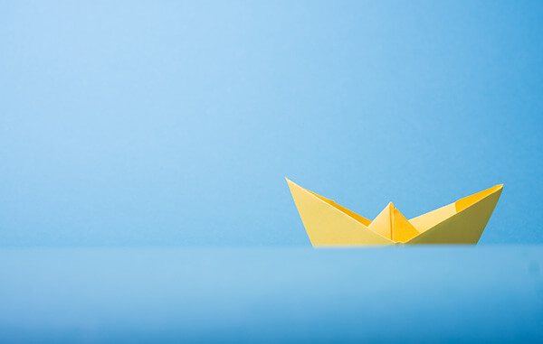 foto de um barco amarelo em um fundo azul