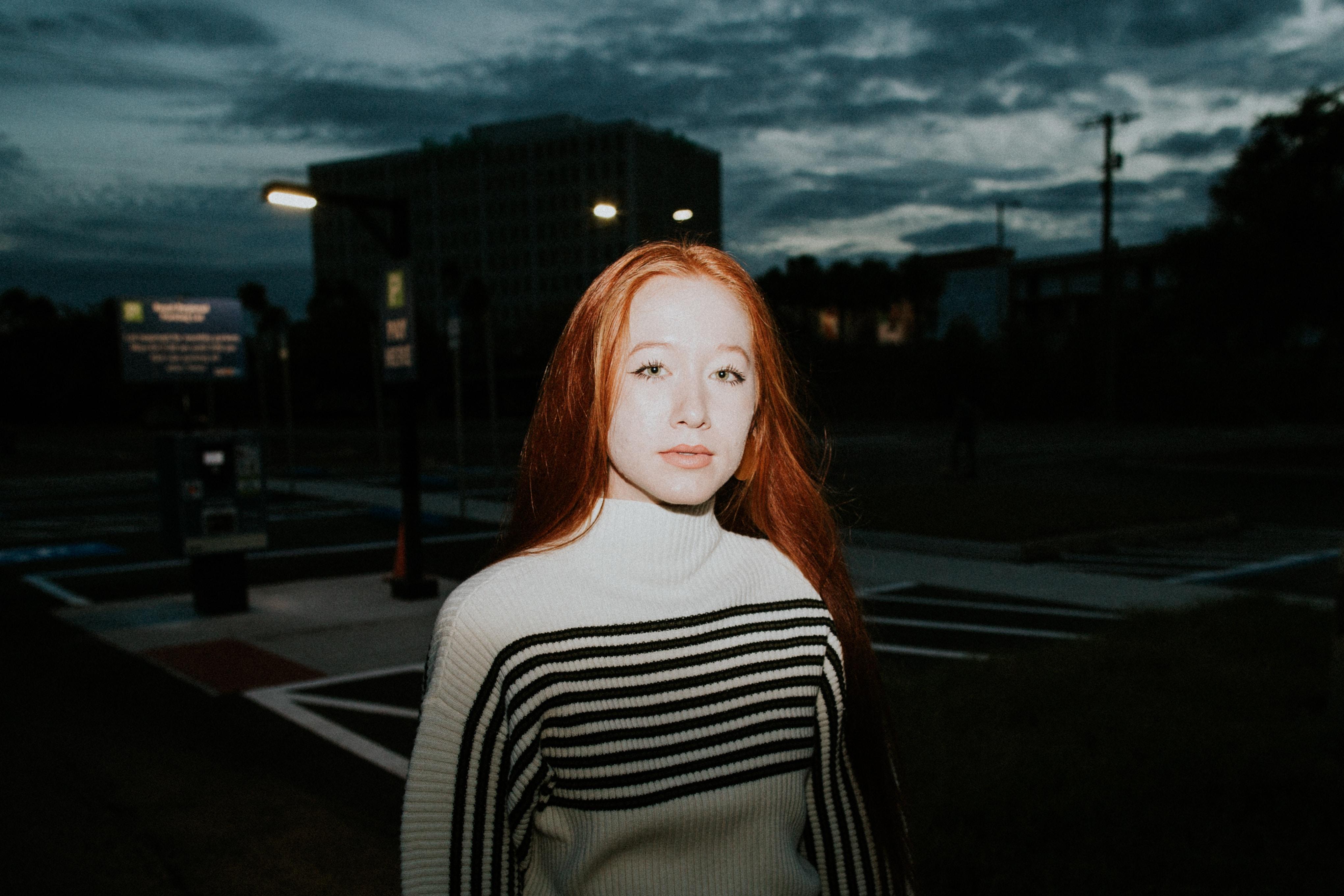 menina ruiva em frente a uma luz