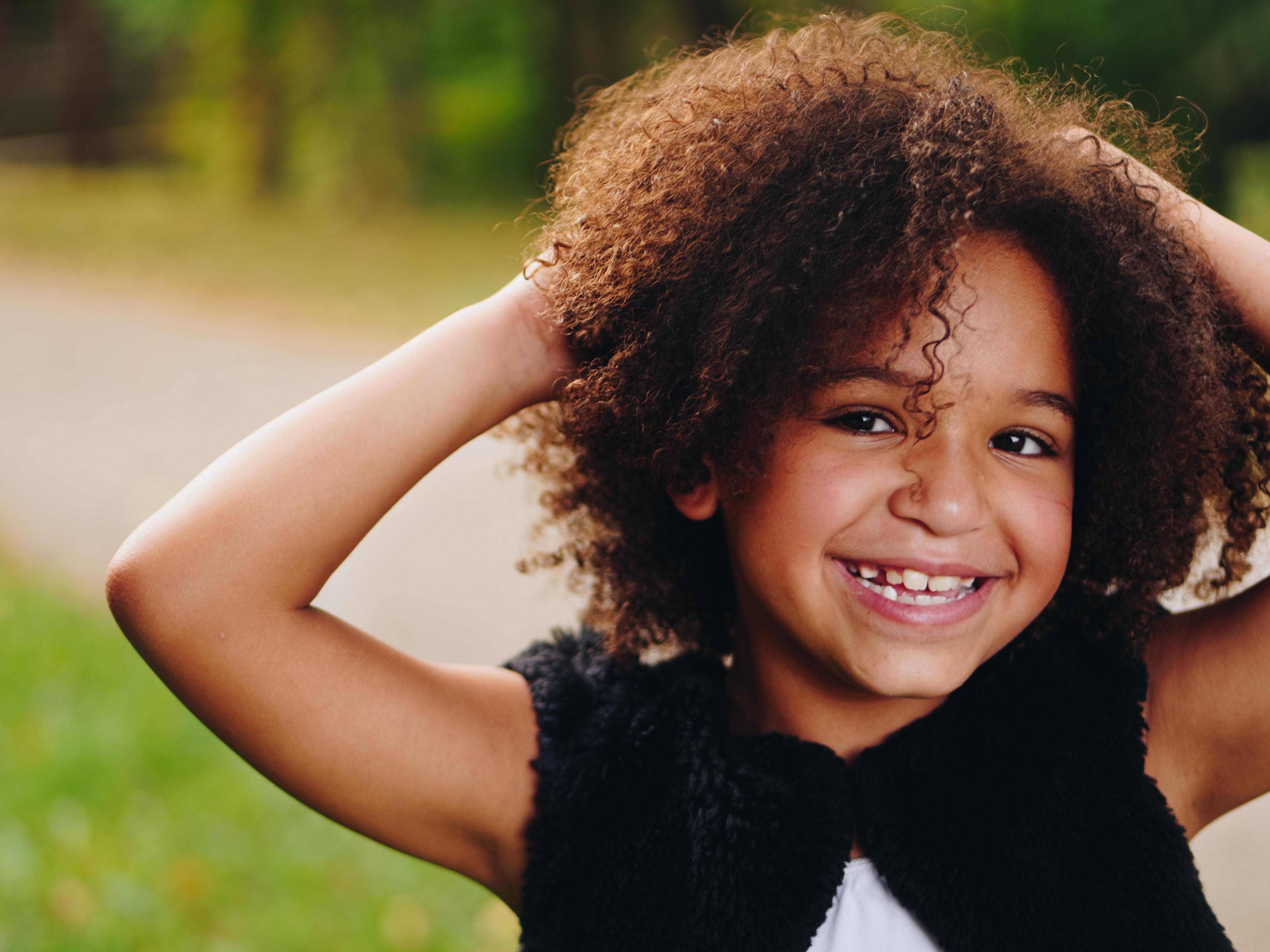 criança sorrindo enquanto olha para lente