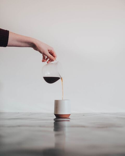 foto de uma jarra de café e uma xícara