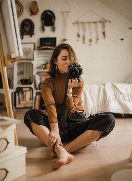 selfie de uma menina no espelho com câmera