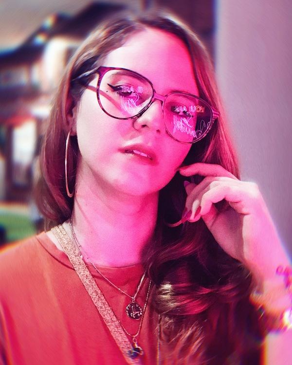 foto de mujer con colores neón