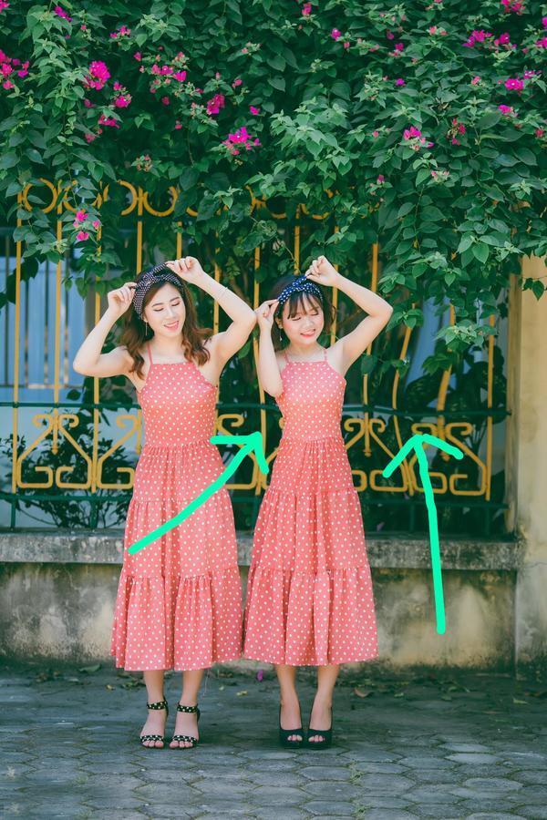 dos mujeres asiáticas con vestido naranja con puntitos