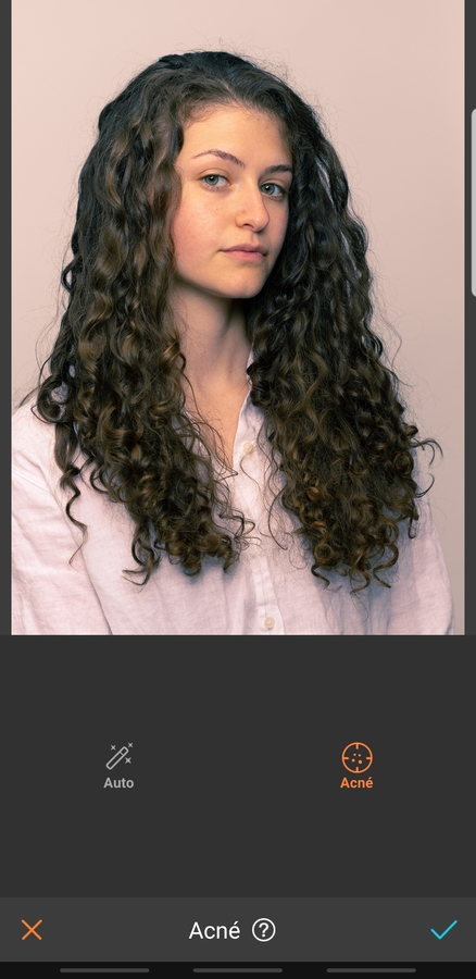 mujer de cabello largo y oscuro con camisa casual