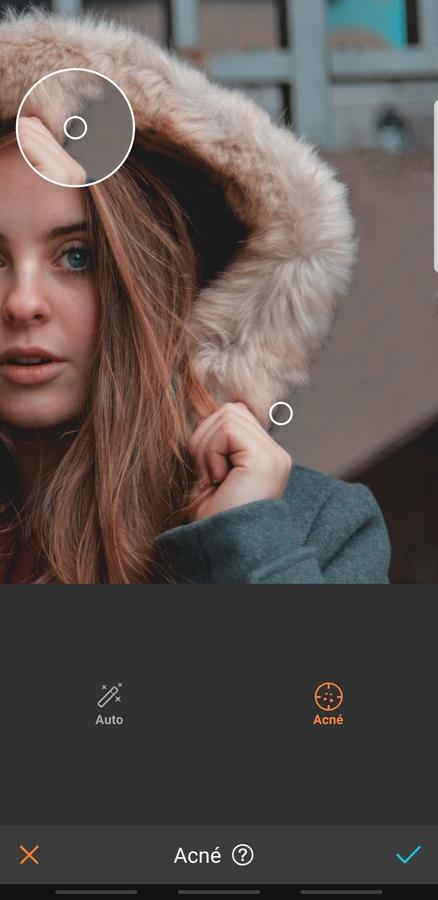 mujer peliroja con chamarra de gorrito y peluche