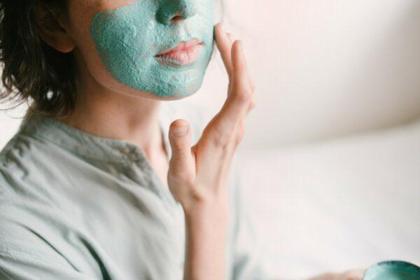 Foto de uma mulher fazendo skin care