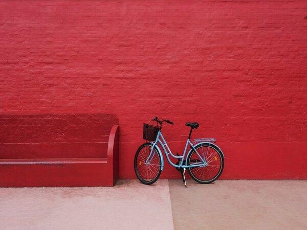 Bicicleta en pared roja