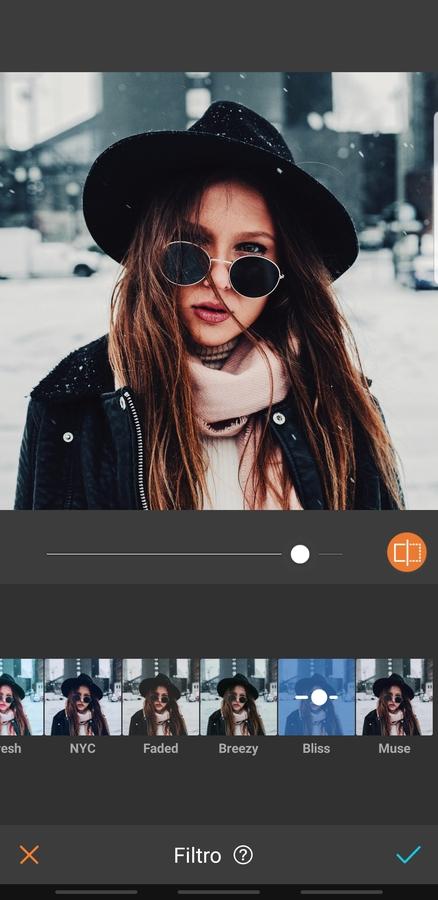 mujer rubia con ropa de invierno en la ciudad
