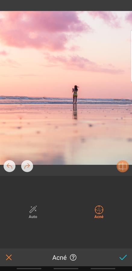 mujer en playa frente a un atardecer osa