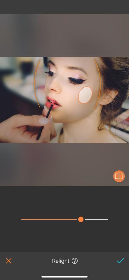una mujer aplicándose maquillaje