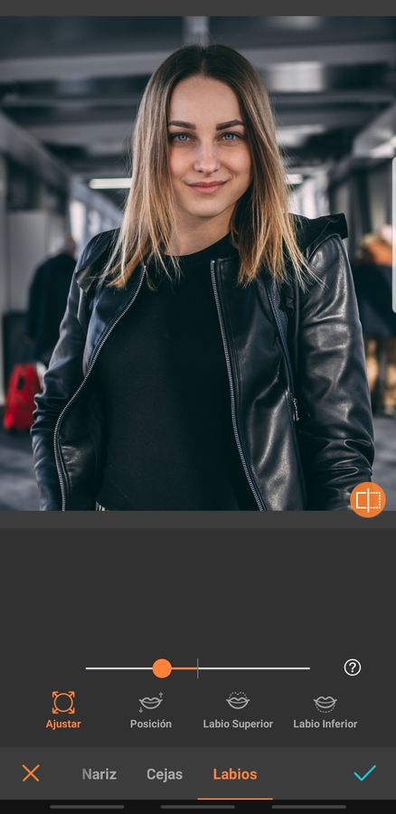 foto de mujer con cabello largo usando la herramienta para editar los labios