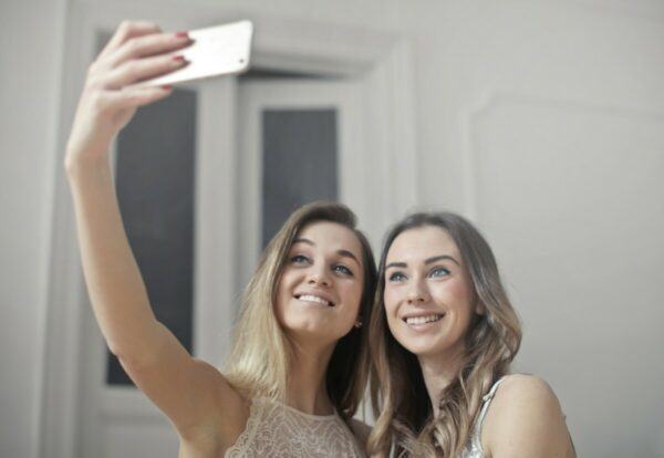 Duas amigas tirando uma selfie