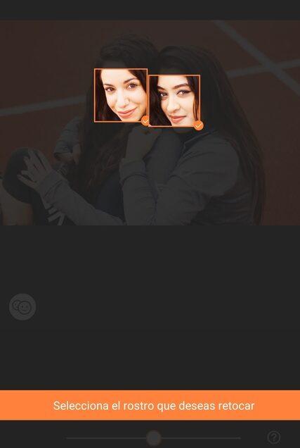 foto de dos mujeres abrazándose