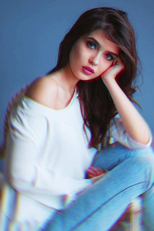 retrato de mujer con blusa blanca y labios rosas usando el efecto Prisma.