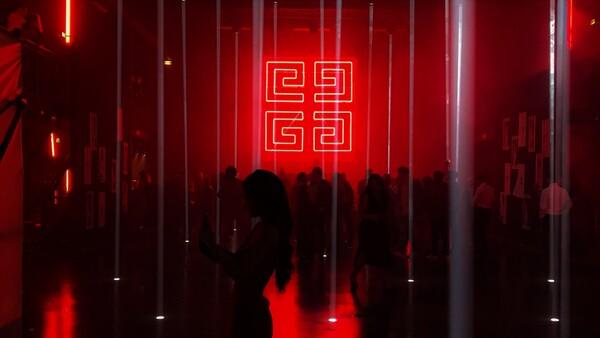 lugar de entretenimiento con ambiente de luces rojas