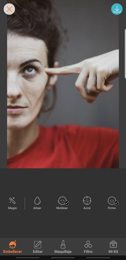 mujer con un dedo en las sienes