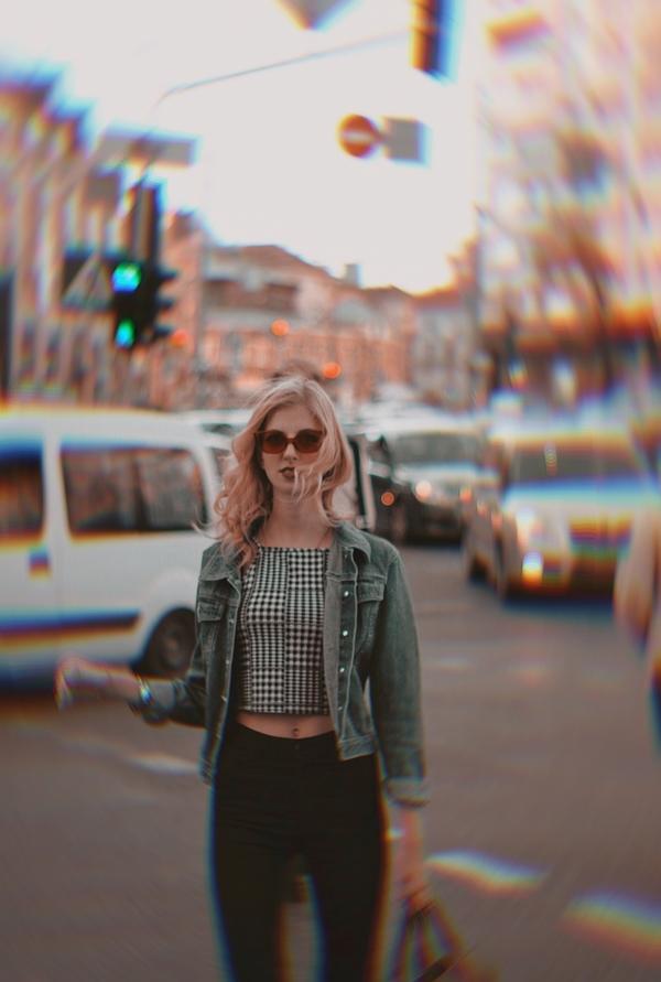 Mujer en la ciudad con efecto Prisma