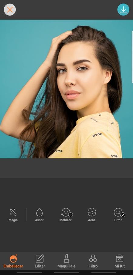 mujer con el cabello largo y playera amarilla