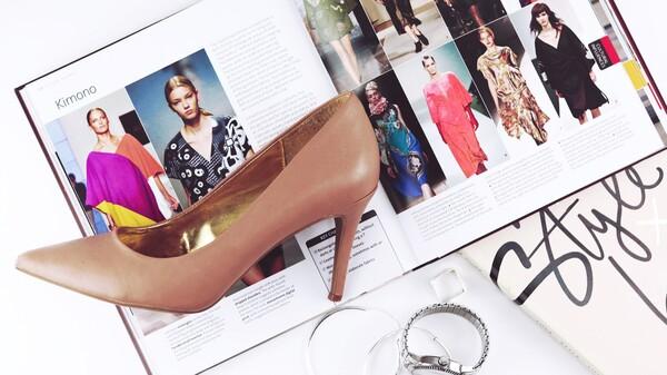flatlay de moda, con una revista y unos tacones color nude
