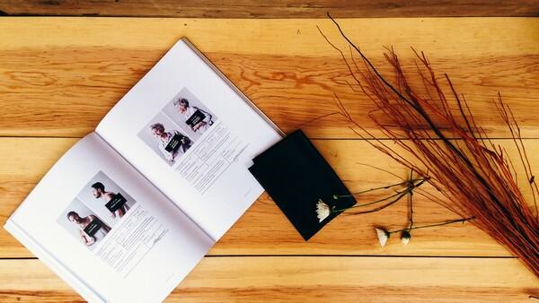 flatlay con revista y cuaderno