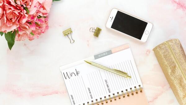 flatlay con agenda, iPhone y clips