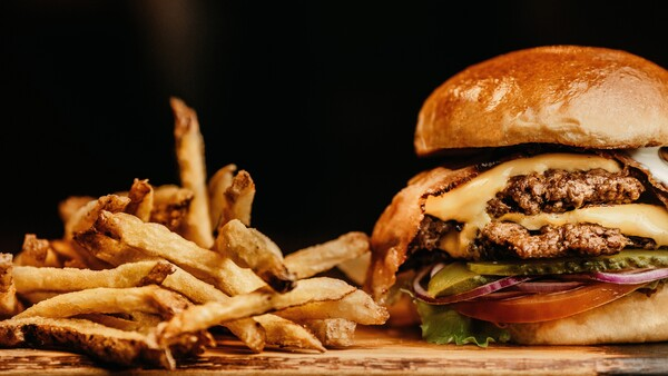 hamburguesa con papas fritas