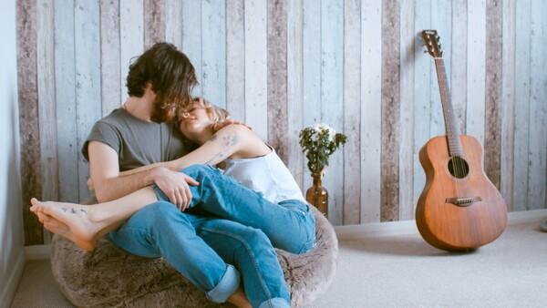 pareja abrazados en un puff
