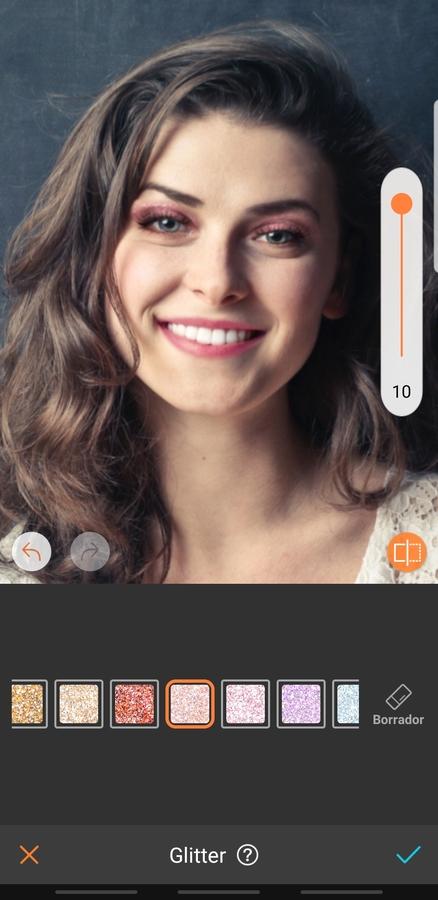 retrato de mujer sonriendo y con maquillaje llamativo